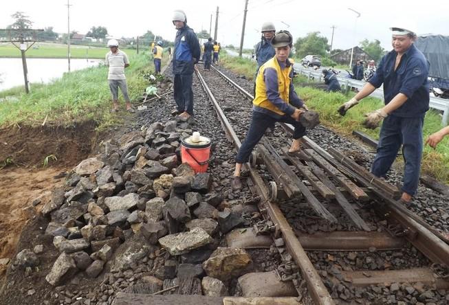 Đường sắt qua Phú Yên tê liệt hơn 5 tiếng