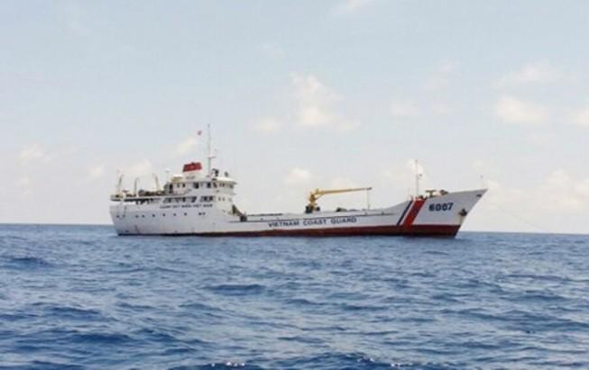 Tàu cảnh sát biển cứu 11 ngư dân bị nạn