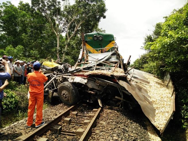 Đình chỉ nhân viên gác chắn vụ tàu tông xe ở Bình Định