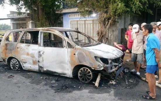 30 thanh niên hỗn chiến, đốt rụi xe Innova