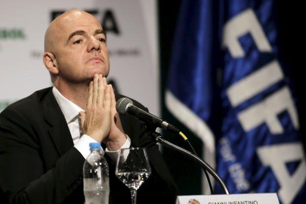 Tân Chủ tịch FIFA Gianni Infantino bị sờ gáy?