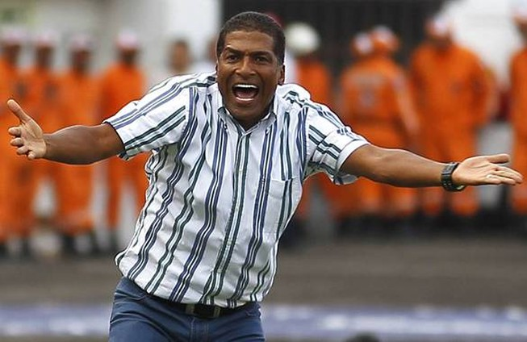 Cựu danh thủ Colombia ném bóng vào mặt cậu bé nhặt bóng