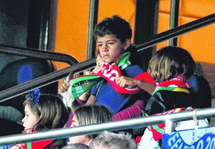 Con trai Ronaldo ngồi ghế siêu VIP trên khán đài