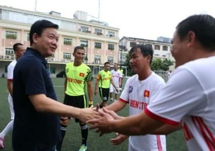Ông Đinh La Thăng dự khán giải bóng đá từ thiện tại sân Tao Đàn
