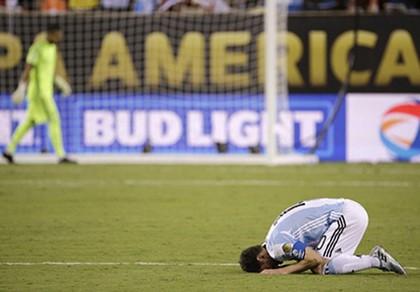 Messi đá hỏng phạt đền, giấc mơ Argentina lại tan vỡ