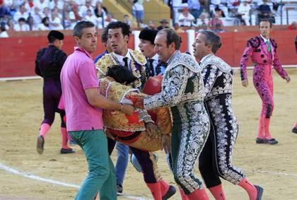 Bàng hoàng chứng kiến cảnh đấu sĩ bị bò tót tấn công đến chết