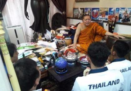 Sư Phra lại làm phép cho đoàn thể thao Thái Lan
