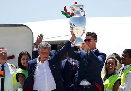 Giúp Bồ Đào Nha vô địch Euro, HLV Santos được thưởng gì?