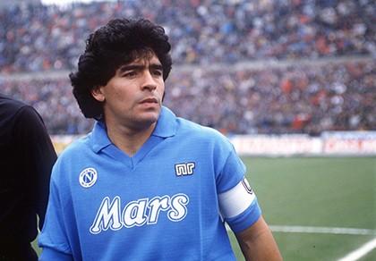 Higuain bị fan Napoli 'ném đá', Maradona lên tiếng can thiệp