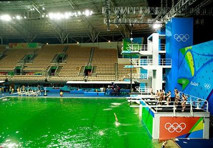 Bí ẩn nước hồ bơi chuyển sang màu xanh... lá cây ở Olympic