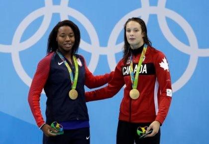 Hai vận động viên chia nhau chiếc huy chương vàng