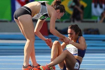 Đôi bạn gặp nạn trên đường đua 5.000 m được vào vòng chung kết