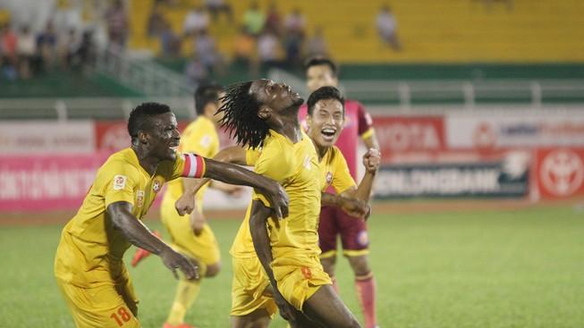 Vòng 25 V-League: Mưa trời và mưa gôn trên sân Long An
