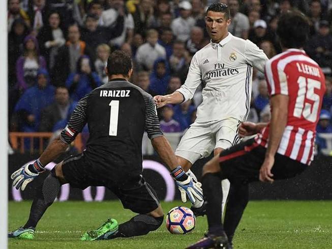Đồng đội bảo vệ Ronaldo sau sự cố 'việt vị'