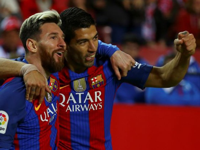 Messi giúp Barcelona tiếp tục bám đuổi Real