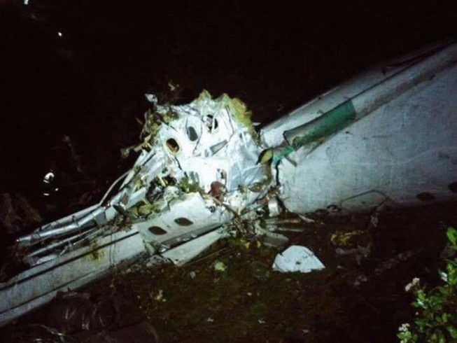 Máy bay chở đội bóng Brazil rơi, 76 người chết