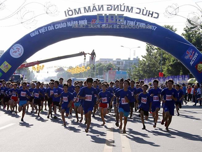 Hàng ngàn người tham gia giải chạy việt dã chào năm mới