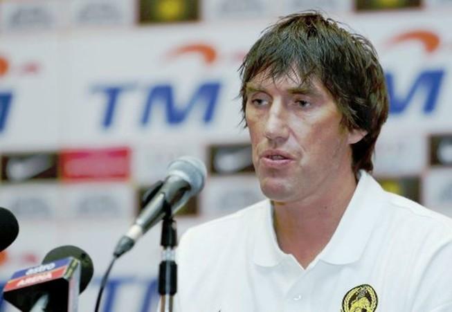 Frank Bernhardt lên danh sách 18 cầu thủ sang Việt Nam