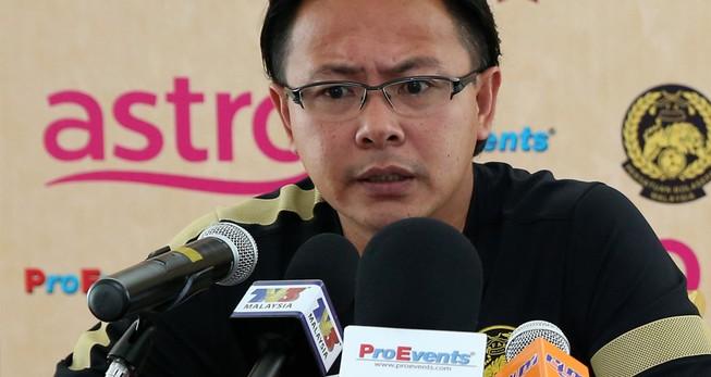 Rơi vào bảng tử thần, Ong Kim Swee sang Anh 'thọ giáo'