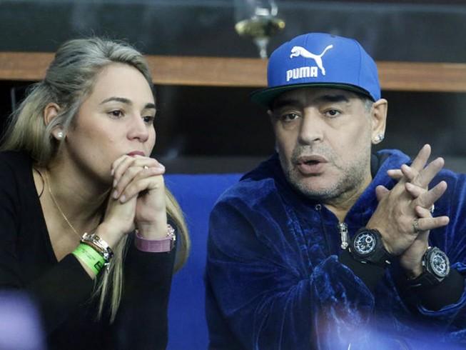 Maradona bị cảnh sát Madrid 'sờ gáy'?