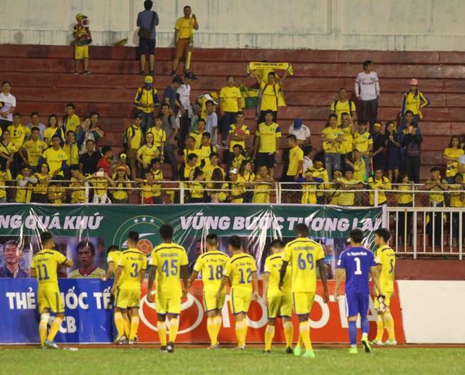 SL Nghệ An vẫn thua dù fan áp đảo sân Thống Nhất
