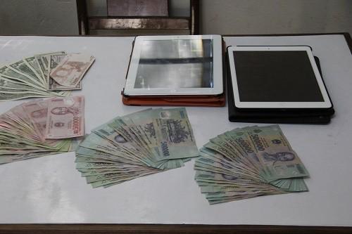 'Siêu đạo chích' cạy cửa nhà chùa cuỗm iPad, USD