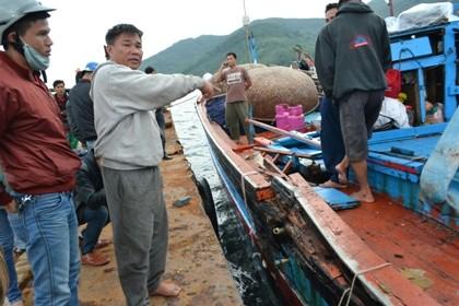 Tan hoang tàu cá bị tàu nước ngoài đâm nát trên biển