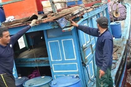 Tàu cá Trung Quốc ném pin, tông sập mái cabin tàu cá Việt Nam