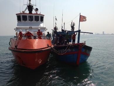 Cứu chín ngư dân trôi dạt trên biển suốt ba ngày