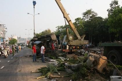 Xe container lật nghiêng, hàng tấn sắt vụn tràn ra đường
