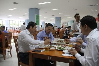 Chủ tịch TP Đà Nẵng cùng hàng trăm cán bộ ăn trưa với hải sản