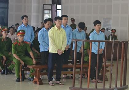 Hàng chục cảnh sát bảo vệ phiên tòa xử hai nhóm giang hồ