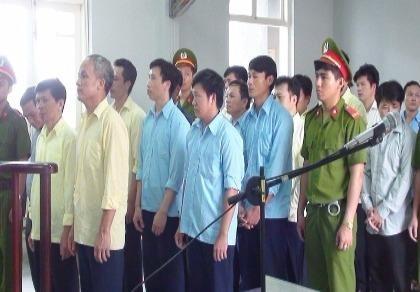 7 cán bộ hầu tòa vì nhận tiền hối lộ của lâm tặc