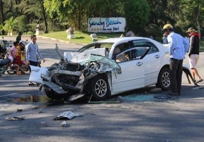 Ô tô con 'đối đầu' xe du lịch, năm người trên xe gặp nạn