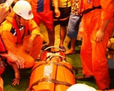 Cấp cứu ngư dân bị chấn thương trên vùng biển Hoàng Sa