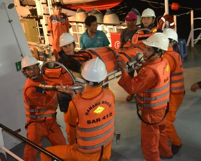 Tàu SAR 412 chuyển hướng cứu ngư dân bị nạn