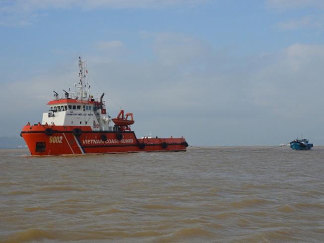 Tàu cảnh sát biển cứu ba thuyền viên bị trôi dạt
