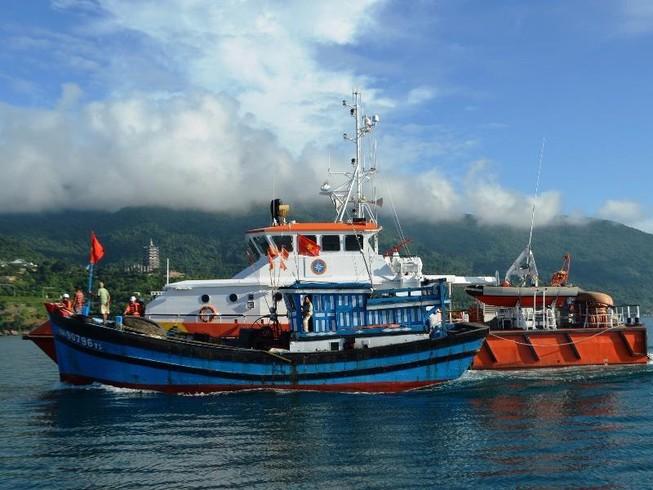 Cứu tàu cá bị phá nước, sắp chìm trên biển Hoàng Sa