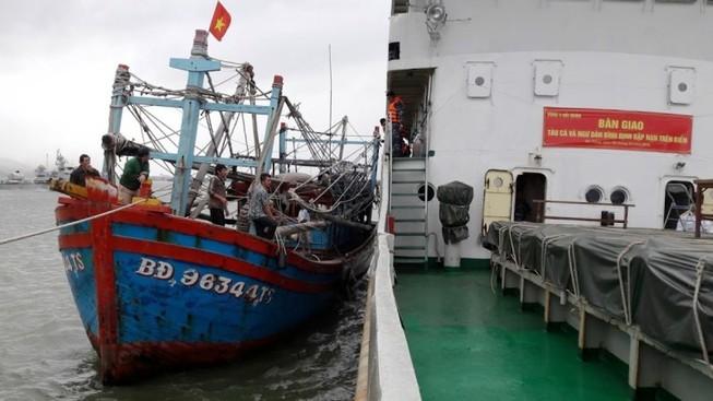 Tàu hải quân đưa 7 ngư dân bị nạn trên biển vào bờ