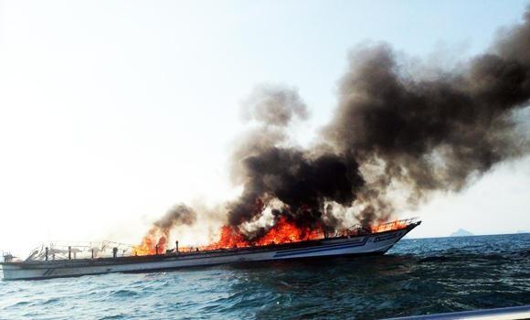 Phà Thái Lan chở 117 người bốc cháy giữa biển