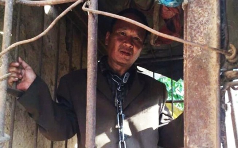 Người đàn ông 11 năm bị gia đình xích trong cũi sắt