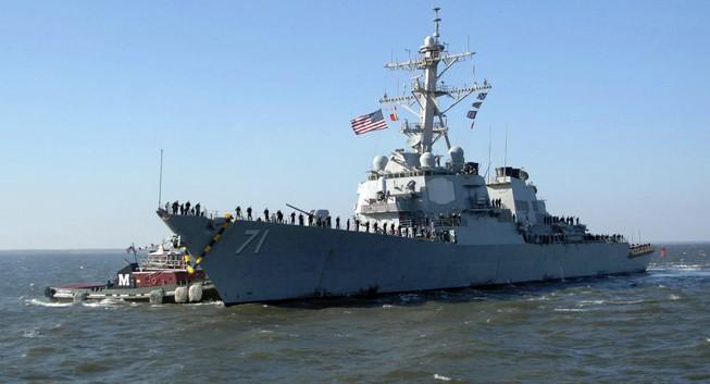 Tàu chiến, máy bay Mỹ suýt 'đối đầu' hải quân Iran