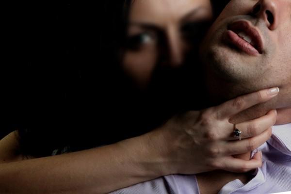 Ba phụ nữ cưỡng hiếp đàn ông để cướp... tinh trùng