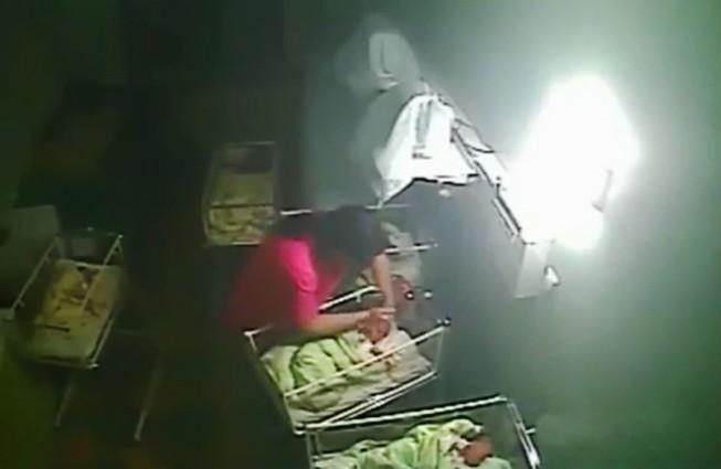 Nữ y tá hành hạ, cắn em bé bốn ngày tuổi vì khóc quá nhiều