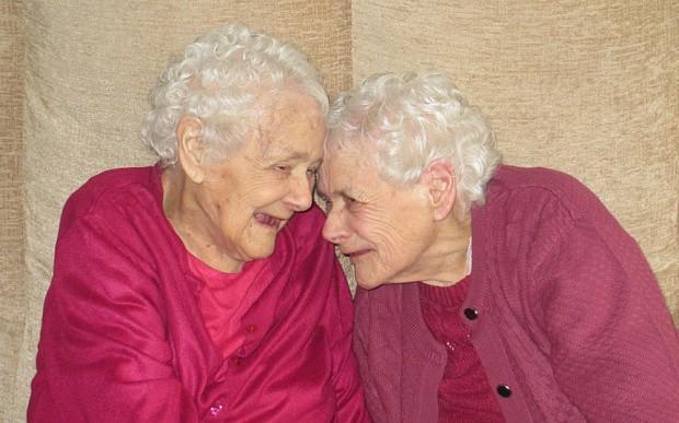 Cặp song sinh già nhất nước Anh cùng qua đời ở tuổi 103