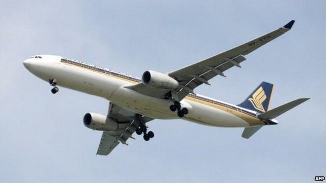 Máy bay Singapore hỏng động cơ giữa trời