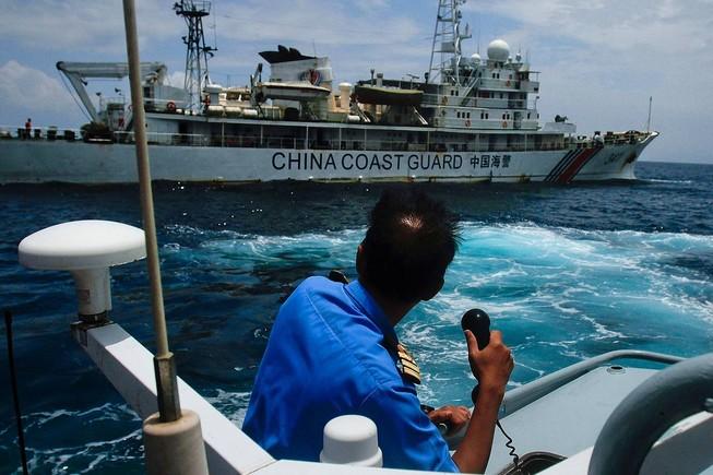 """Malaysia bất ngờ """"chơi rắn"""" với tàu Trung Quốc trên Biển Đông"""