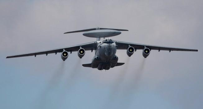 Máy bay quân đội Nga bay trên đầu bốn tàu chiến NATO