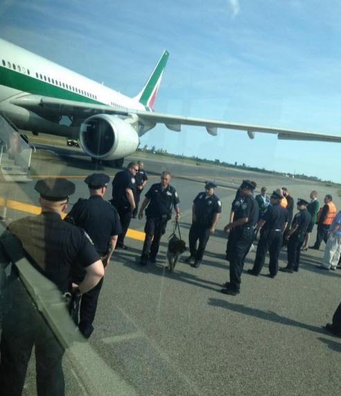 Mỹ sơ tán khẩn cấp máy bay do đe dọa đánh bom
