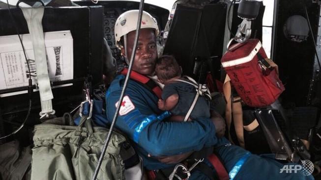 Hai mẹ con sống sót kỳ diệu sau cú rơi máy bay